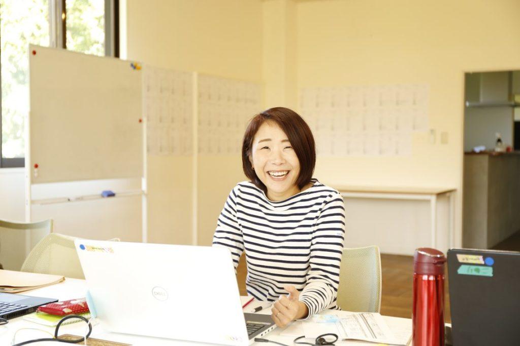 パソコンに向かって仕事をしている女性