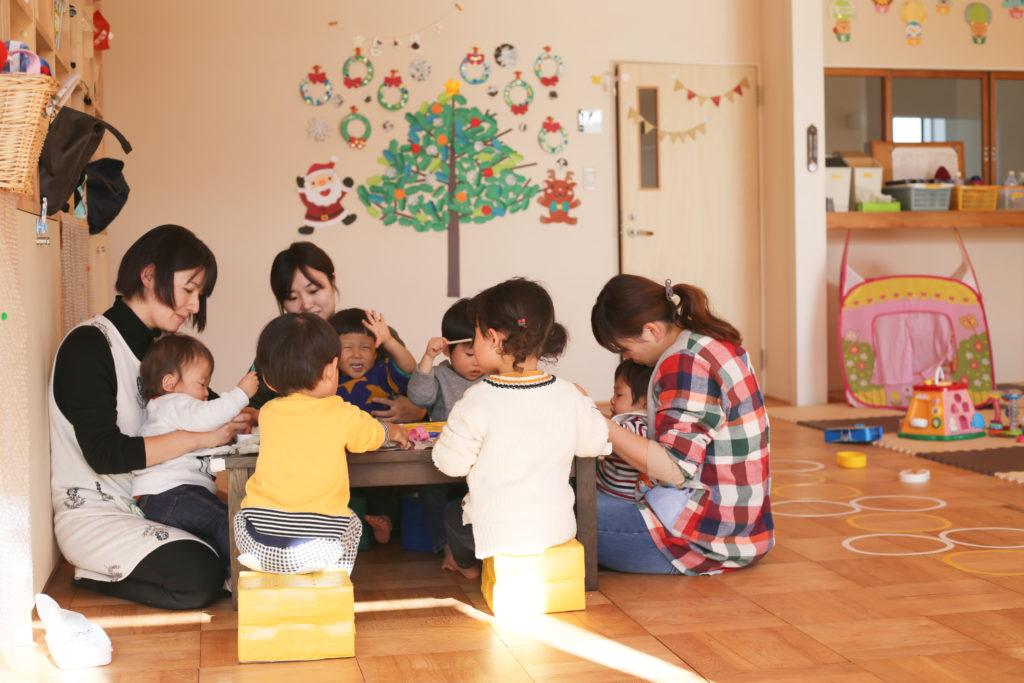 託児所で遊ぶ子どもたち