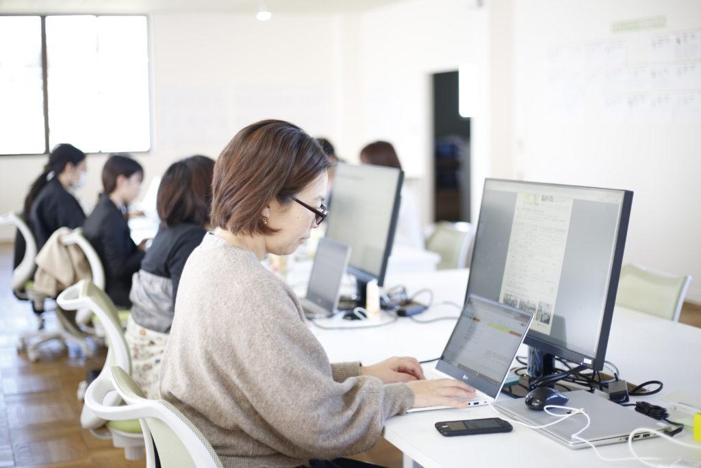 パソコンに向かって仕事をする女性